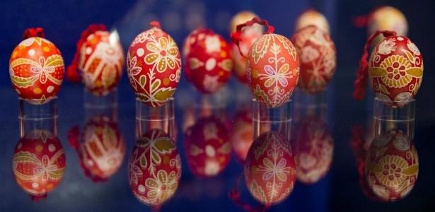 Ovos representam vida e renascimento; acima, exemplares decorados, em uma tradição que remonta à Idade Média - Daniel Karmann/ AFP