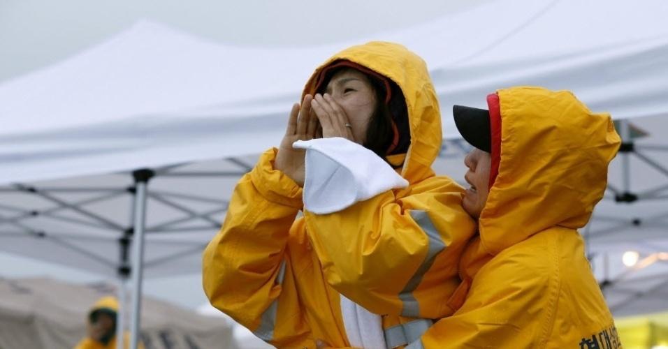 17.abr.2014 - Parentes de desaparecidos do naufrágio de uma balsa choram no porto de Jindo, Coreia do Sul nesta quinta-feira (17)
