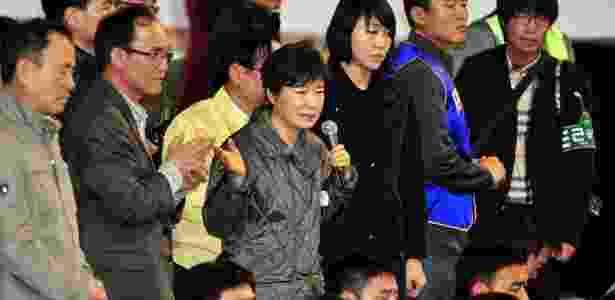 A presidente da Coreia do Sul, Park Geun-hye, reúne-se com parentes dos passageiros da balsa Sewol, que afundou na costa do país - JUNG Yeon-JE/ AFP