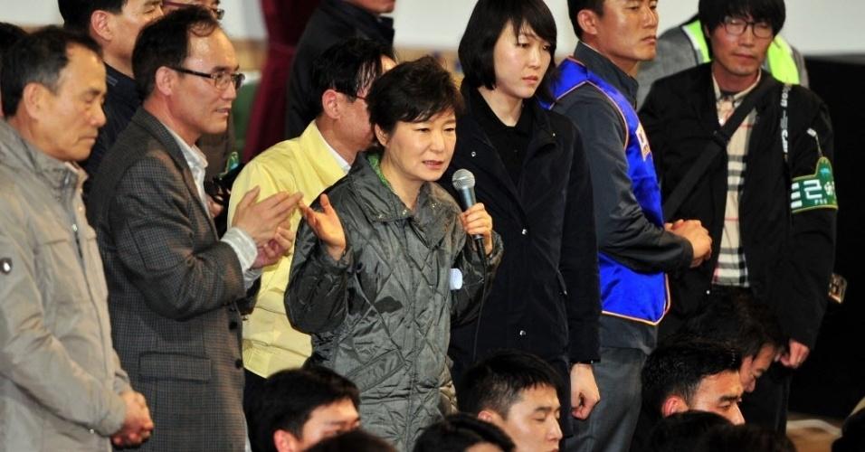 17.abr.2014 - Presidente da Coreia do Sul, Park Geun-Hye (ao centro), se reúne com parentes dos passageiros a bordo da balsa que naufragou enquanto esperam novidades sobre os seus entes queridos em uma academia em Jindo