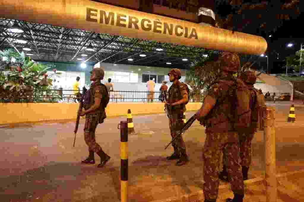 17.abr.2014 - Soldados do Exército fazem a segurança das portas do Hospital Geral da Bahia, nesta quinta-feira (17), na periferia de Salvador, onde Polícia Militar está em greve desde terça-feira (15), após decisão em assembleia - Joel Silva/ Folhapress