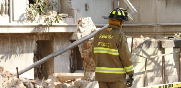 Bombeiros inspecionam muro que caiu em Colonia Juarez, no México, após terremoto nesta sexta-feira