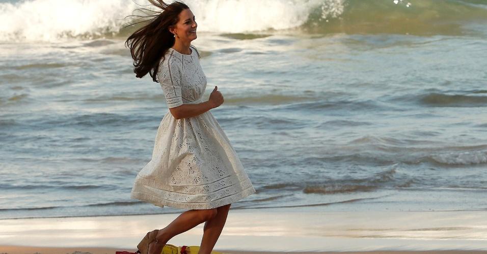 18.abr.2014 - Catherine, a Duquesa de Cambridge (conhecida pelo nome de solteira, Kate Middleton), corre pela praia de Manly, em sexta-feira (18) de calor em Sydney. Kate, o príncipe William e o filho do casal, George, visitam a Austrália depois de passar pela Nova Zelândia, em viagem de 19 dias