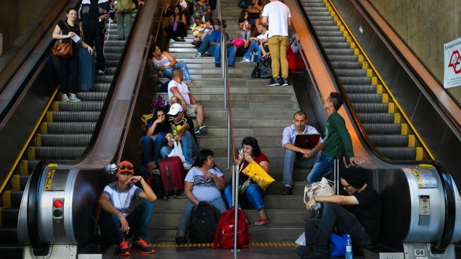 Passageiros na rodoviária do Tietê, em São Paulo - Zanone Fraissat/Folhapress