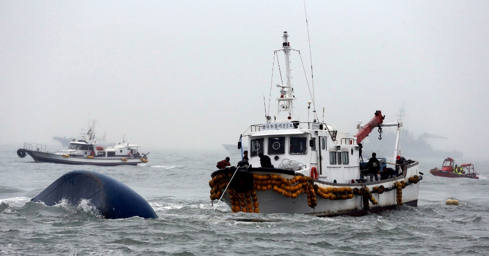 18.abr.2014 - Equipes de resgate injetam oxigênio na balsa naufragada a 20 km da costa da Coreia do Sul. Segundo aponta a investigação, um oficial subalterno estava no comando da embarcação no momento em que ela adernou, enquanto o capitão permanecia longe da ponte de comando. Paralelo à investigação, continuam as buscas pelos quase 300 desaparecidos; acredita-se que a maioria ainda esteja dentro do navio afundado