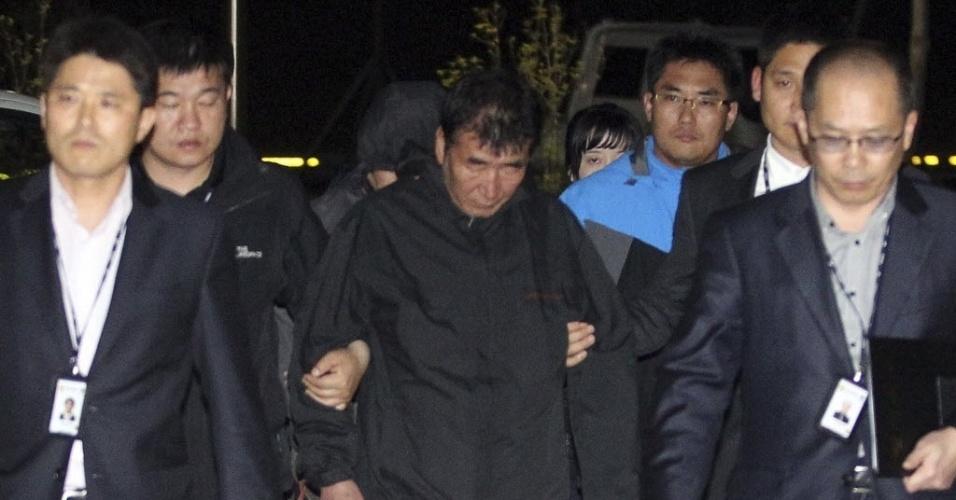 18.abr.2014 - Lee Joon-Seok-- capitão de balsa que naufragou na Coreia do Sul--, é detido, de acordo com a agência de notícias Yonhap. Lee Joon-Seok enfrenta cinco acusações, incluindo negligência e violação do direito marítimo. A embarcação transportava 475 pessoas. O acidente deixou 29 mortos e 268 desaparecidos