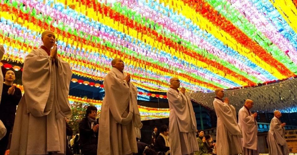 19.abr.2014 - Monges budistas fazem orações por passageiros que estavam a bordo da balsa que naufragou em Jindo, Coreia do Sul, na quarta-feira (16). Familiares das vítimas ofereceram amostras de DNA neste sábado (19) para ajudar na identificação dos mortos