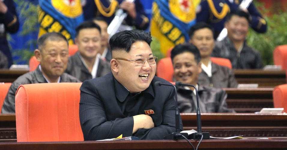 20.abr.2014 - O líder norte-coreano Kim Jong Un ri enquanto preside a primeira reunião do Exército do Povo Coreano, em Pyongyang, na terça-feira (15). A foto foi liberada pela agência de notícias oficial da Coreia do Norte (KCNA), neste domingo (20)
