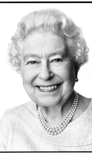 20.abr.2014- A rainha Elizabeth 2ª posou para um novo retrato, feito por causa de seu 88º aniversário, na próxima segunda-feira (21). A imagem, apresentada oficialmente neste domingo (20), foi feita em março no Palácio de Buckingham, a residência da rainha em Londres