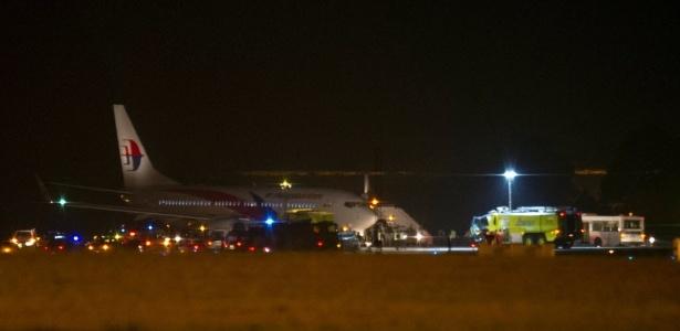 Avião da Malaysia Airlines faz pouso de emergência no Aeroporto Internacional de Sepang, em Kuala Lumpur (Malásia), levando 166 pessoas a bordo