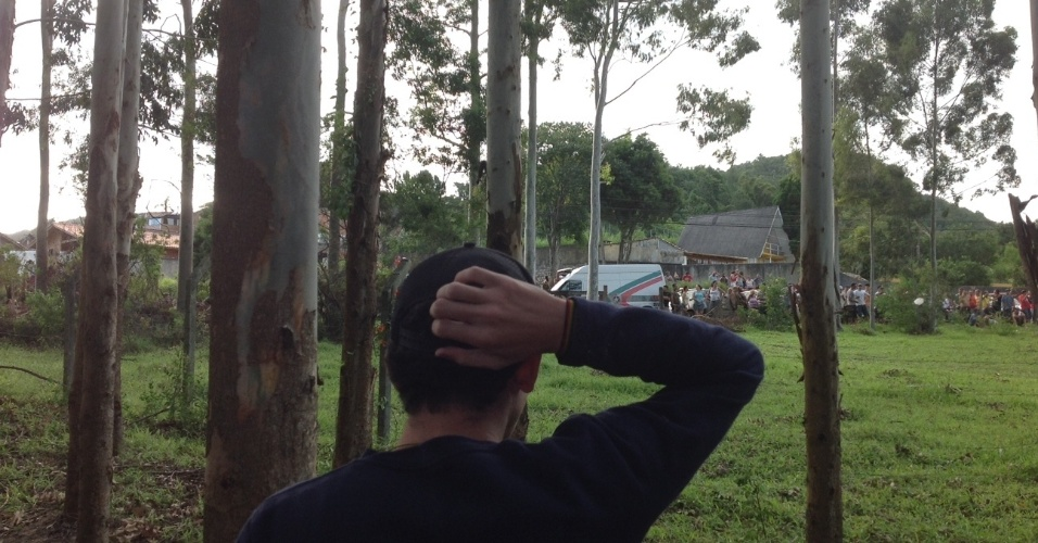 21.abr.2014 - As  famílias de invasores das terras da União no bairro Rio Vermelho, ocupada sábado (19), em Florianópolis, enfrentaram 24 horas de hostilidade de um grupo de moradores da região. Os grupos foram separados pela tropa de choque da PM. O local invadido é próximo a um campo de golfe de um resort. Os invasores são os mesmos da chamada ocupação Amarildo. As famílias cederam à pressão e concordaram com as autoridades em deixar o lugar