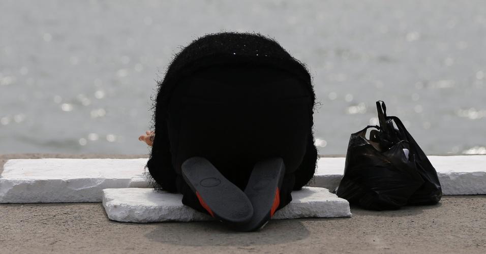 21.abr.2014 - Familiar de um passageiro da balsa sul-coreana afundada ora no porto de Jindo pelo resgate dos passageiros nesta segunda-feira (21). O presidente sul-coreano, Park Geun-hye, afirmou que as ações do capitão e sua tripulação foram equivalentes a assassinato; mais quatro tripulantes da embarcação foram detidos