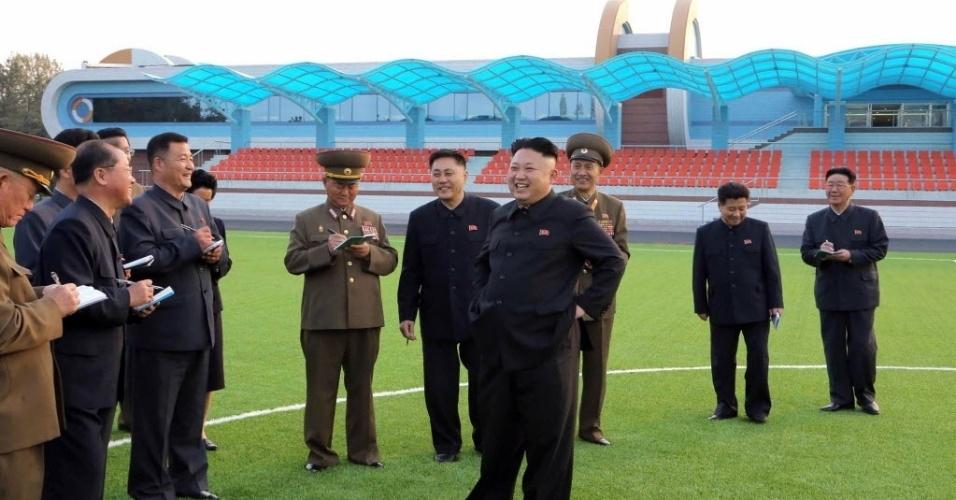 21.abr.2014 - Imagem sem data divulgada pela KCNA (Agência de Notícias da Coreia do Norte) mostra o líder norte-coreano Kim Jong-un inspecionando um campo de atletismo recém-construído na província de Kangwon