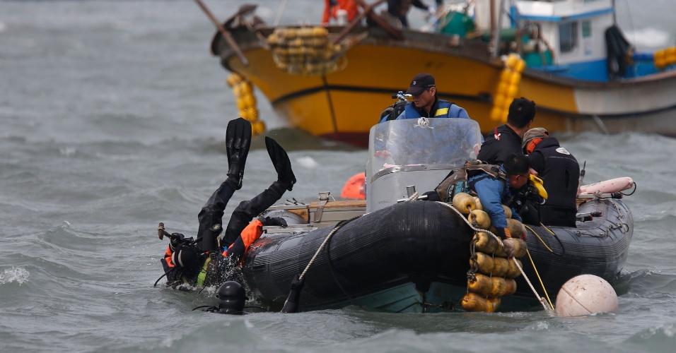 21.abr.2014 - Mergulhador entra na água perto boias que marcam onde a balsa sul-coreana Sewol afundou, a cerca de 20 km da costa de Jindo. O presidente sul-coreano, Park Geun-hye, disse nesta segunda-feira (21) que as ações do capitão e sua tripulação foram equivalentes a assassinato; mais quatro tripulantes da embarcação foram detidos