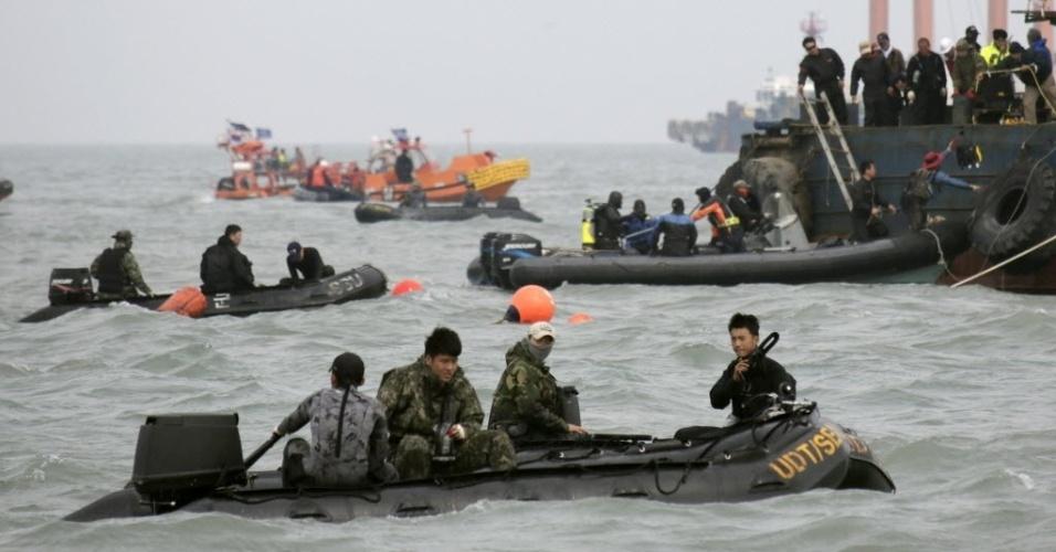 21.abr.2014 - Mergulhadores buscam, nesta segunda-feira (21), desaparecidos na área a balsa sul-coreana Sewol afundou, a cerca de 20 km da costa de Jindo, na Coreia do Sul. A presidente sul-coreana, Park Geun-hye, disse nesta segunda-feira (21) que as ações do capitão e sua tripulação foram equivalentes a assassinato; mais quatro tripulantes da embarcação foram detidos