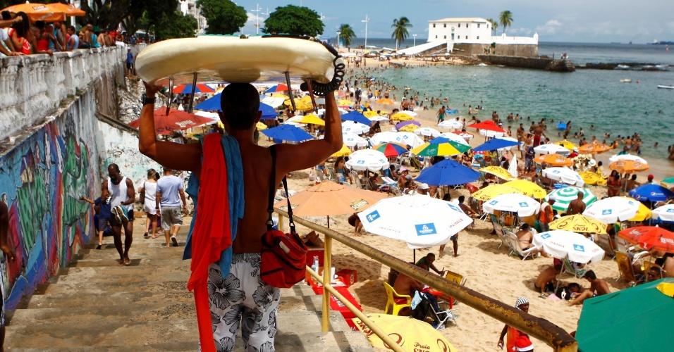 21.abr.2014 - O movimento na praia do Porto da Barra, em Salvador, é intenso nesta segunda-feira (21), último dia do feriadão, apesar do tempo nublado