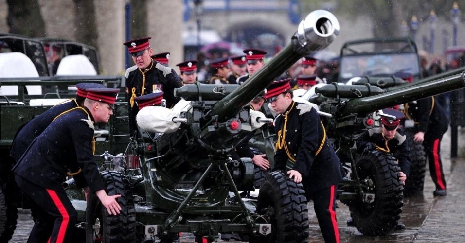21.abr.2014 - Soldados se preparam para lançar uma salva de tiros de canhão em comemoração ao aniversário de 88 anos da rainha da Grã-Bretanha, Elizabeth 2ª, no centro de Londres, Inglaterra