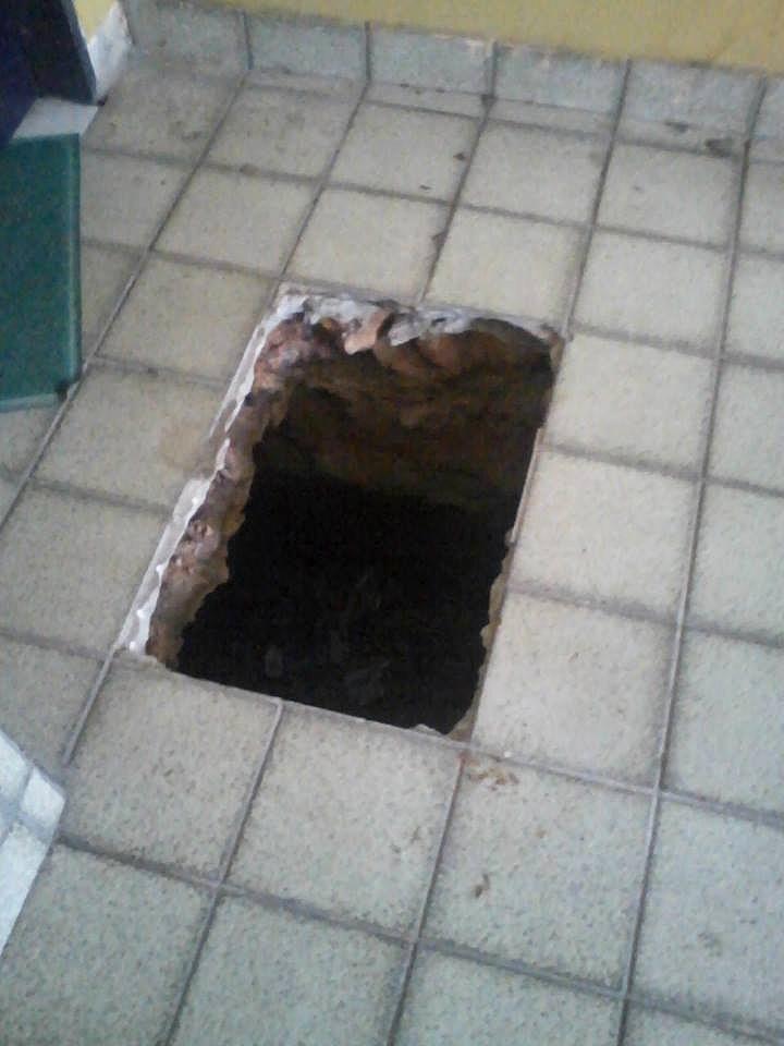 21.abr.2014 - Túnel cavado por presos para fugir do CDP de Pedrinhas, no Maranhão