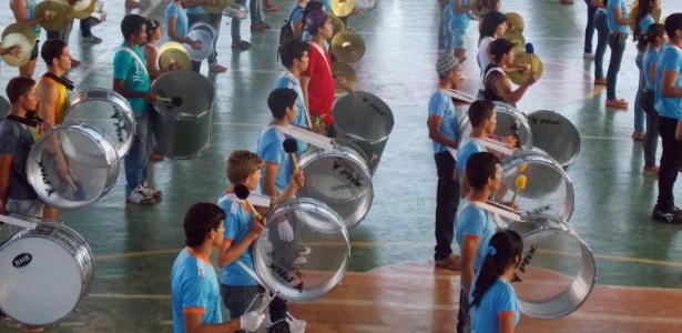 Os instrumentos da banda da escola Nilton Balieiro Machado foram comprados com a venda de biscoitos  - Divulgação