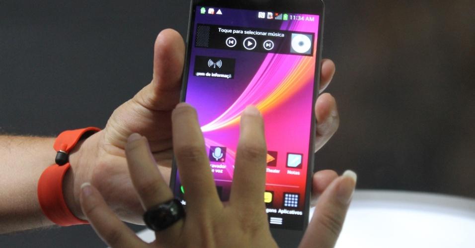 Smartphone G Flex chama a atenção pelo design curvo e a qualidade da tela