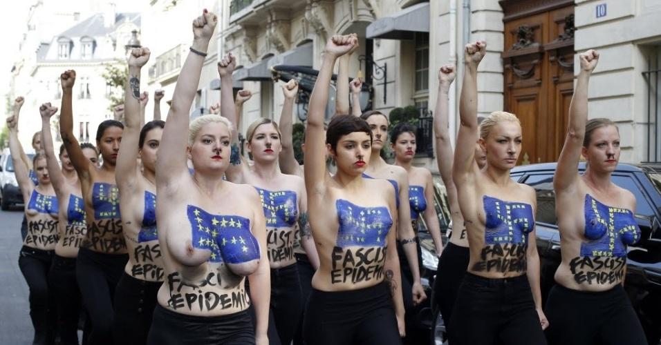 22.abr.2014 - Ativistas do grupo Femen fazem marcha contra a