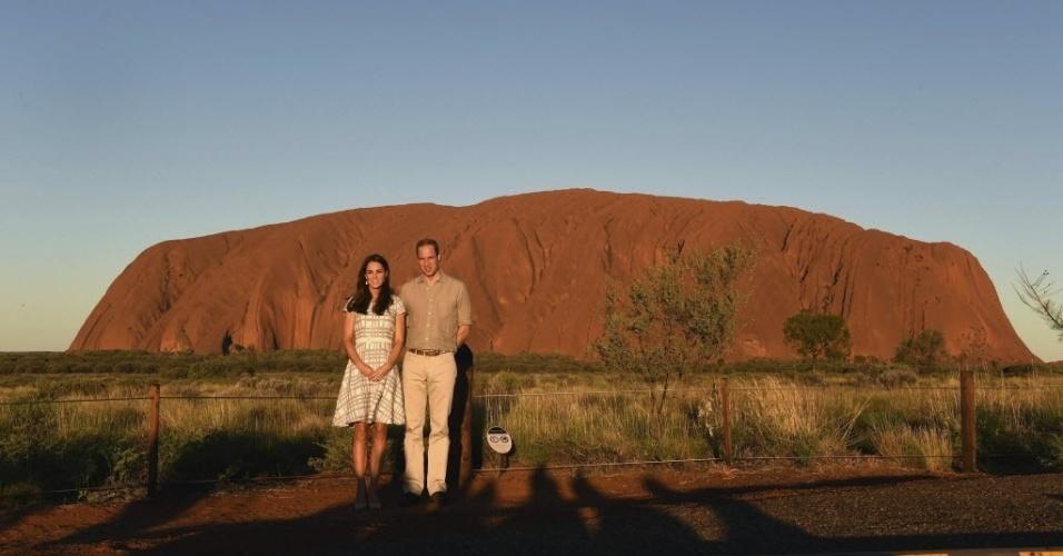 22.abr.2014 - Catherine e William, duques de Cambridge, posam para foto em frente ao Ayers Rock (ou Uluru), no Parque Nacional Uluru-Kata Tjuta, na região central da Austrália, durante sua viagem oficial, nesta terça-feira (22). O casal ficará no país até dia 25