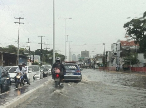 22.abr.2014 - Chuva causa alagamentos e complica o trânsito em Recife na manhã desta terça-feira (22). Diversos pontos da cidade apresentaram alagamentos, o que causou congestionamentos para quem tentava chegar ao trabalho de carro ou de ônibus