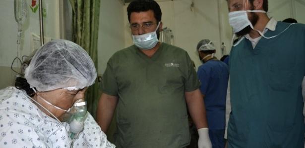 Mulher respira com ajuda de aparelhos em hospital de Telminnes, na Síria, após ataque com gás - Reuters