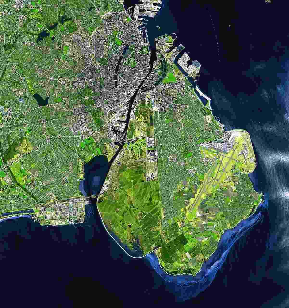 """22.abr.2014 - Para comemorar o Dia da Terra, neste 22 de abril, a Agência Espacial Europeia (ESA) divulgou esta foto de Copenhague. Como o tema do Dia da Terra neste ano é cidades verdes, a agência usou a capital da Dinamarca porque ela foi escolhida a Capital Verde da Europa, com exemplos de investimentos em tecnologia sustentável, políticas públicas voltadas para este assunto, além de um público educado para isso. """"A cidade dinamarquesa é um bom modelo em termos de planejamento urbano e design, e está trabalhando para tornar suas emissões de carbono neutras até 2025"""", disse a agência. O tema foi escolhido porque quanto mais e mais pessoas se mudam para cidades os riscos das mudanças climáticas ficam mais claras. Assim, é preciso incentivar o desenvolvimento de comunidades sustentáveis ao redor do mundo - Airbus Defence and Space"""