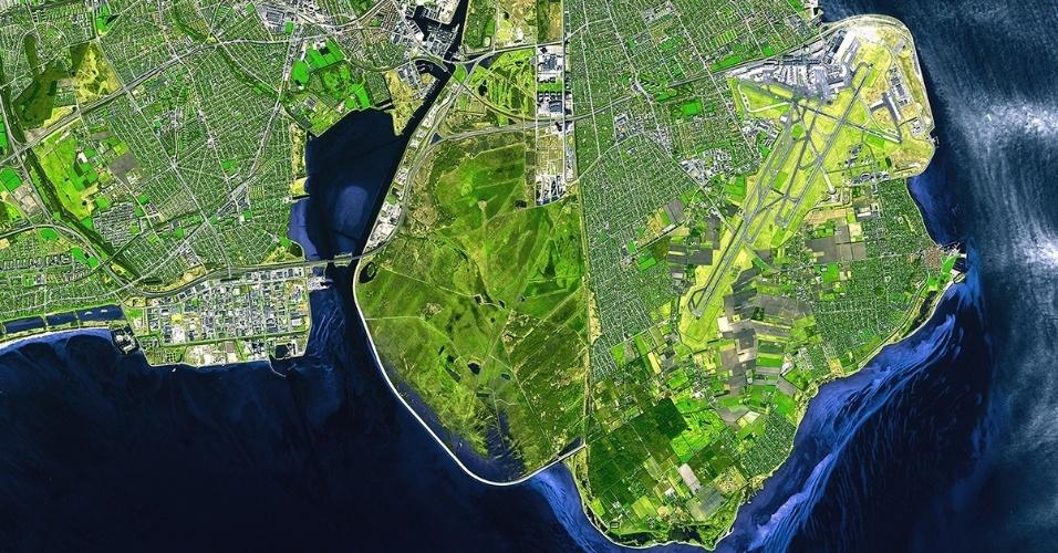 """22.abr.2014 - Para comemorar o Dia da Terra, neste 22 de abril, a Agência Espacial Europeia (ESA) divulgou esta foto de Copenhague. Como o tema do Dia da Terra neste ano é cidades verdes, a agência usou a capital da Dinamarca porque ela foi escolhida a Capital Verde da Europa, com exemplos de investimentos em tecnologia sustentável, políticas públicas voltadas para este assunto, além de um público educado para isso. """"A cidade dinamarquesa é um bom modelo em termos de planejamento urbano e design, e está trabalhando para tornar suas emissões de carbono neutras até 2025"""", disse a agência. O tema foi escolhido porque quanto mais e mais pessoas se mudam para cidades os riscos das mudanças climáticas ficam mais claras. Assim, é preciso incentivar o desenvolvimento de comunidades sustentáveis ao redor do mundo"""