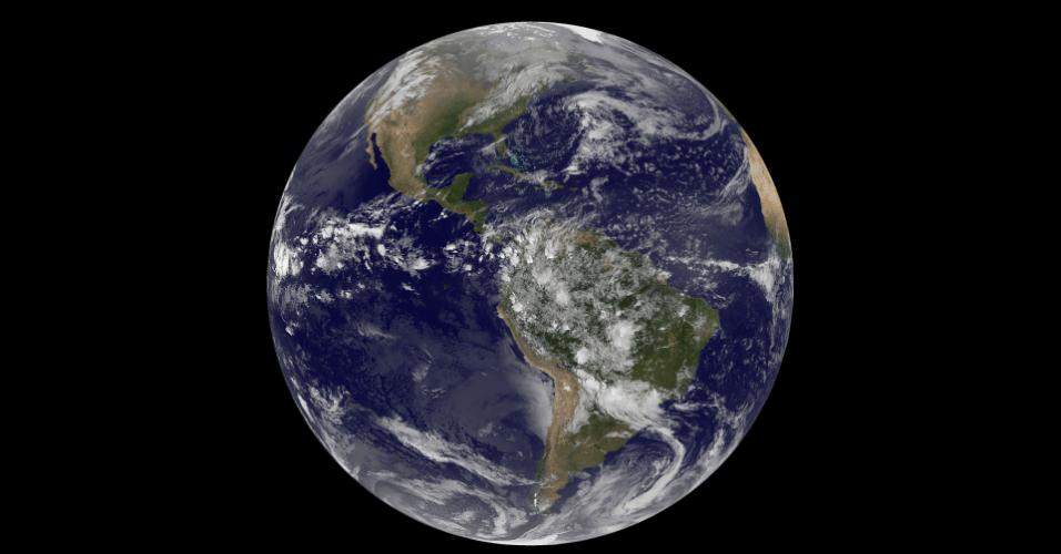 """""""Hoje é dia 22 de abril de 2014, é Dia da Terra, e que maneira melhor de celebrá-la do que olhar para nosso planeta do espaço"""", diz a Nasa (Agência Espacial Norte-Americana). Esta imagem mostra as Américas vistas pelo satélite NOAA's GOES-East. Na América do Norte, vemos nuvens associadas a uma frente fria que vem do Canadá. Uma área de baixa pressão é observada no Pacífico, que trará chuvas para os EUA. Perto do equador, a imagem mostra uma linha de trovoadas, associadas à Zona de Convergência Intertropical. Já na América do Sul, tempestades são vistas na Colômbia, Venezuela, Equador, Peru, Bolívia, Paraguai e Brasil"""