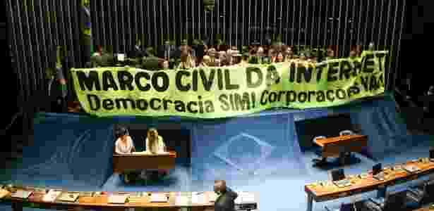 Senadores comemoram aprovação do Marco Civil da Internet, em 2014 - Joel Rodrigues/Folhapress