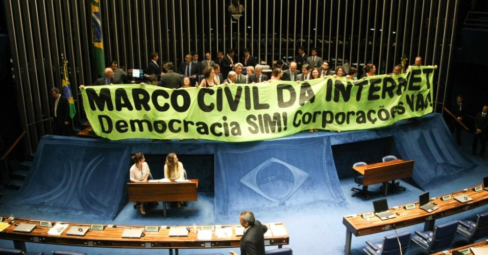 Senadores governistas, o deputado Alexandre Molon e membros da sociedade civil comemoram com faixa a aprovação do Marco Civil da Internet
