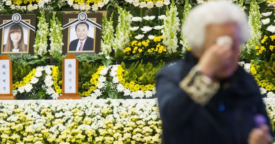 22.abr.2014 - Idosa chora durante visita ao recém-inaugurado memorial às vítimas do naufrágio da balsa sul-coreana Sewol