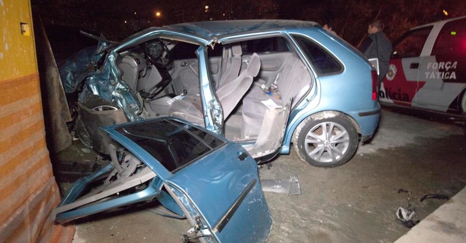 22.abr.2014 - Perseguição policial termina em acidente na avenida Escola Politécnica, zona oeste da capital paulista