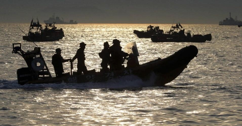 23.abr.2014 - As equipes de resgate da Coréia do Sul operam ao redor da área onde a balsa com passageiros naufragou em Jindo, nesta quarta-feira (23). Mergulhadores sul-coreanos nadaram mesmo com água fria e escura para achar os corpos dos desaparecidos