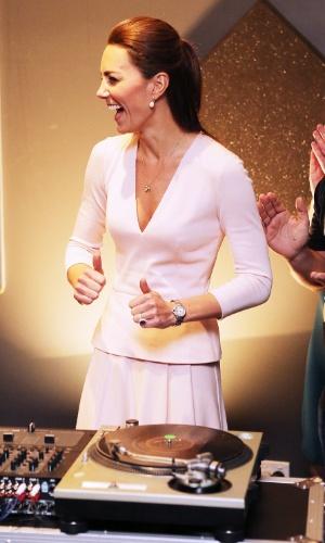 23.abr.2014 - Catherine, a duquesa de Cambridge, faz gestos de aprovação após testar suas habilidades como DJ em um centro comunitário da juventude do subúrbio de Adelaide, na Austrália