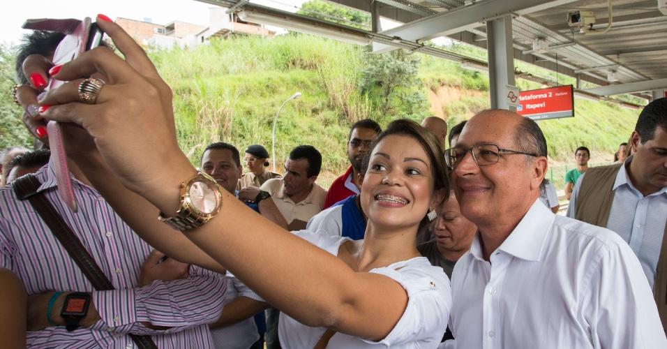 23.abr.2014 - Governador de São Paulo, Geraldo Alckmin (PSDB), posa para selfie com uma moça durante a reinauguração do trecho de 6,3 km da extensão operacional da Linha 8-Diamante da CPTM (Companhia Paulista de Trens Metropolitanos ), em Itapevi, na Grande São Paulo