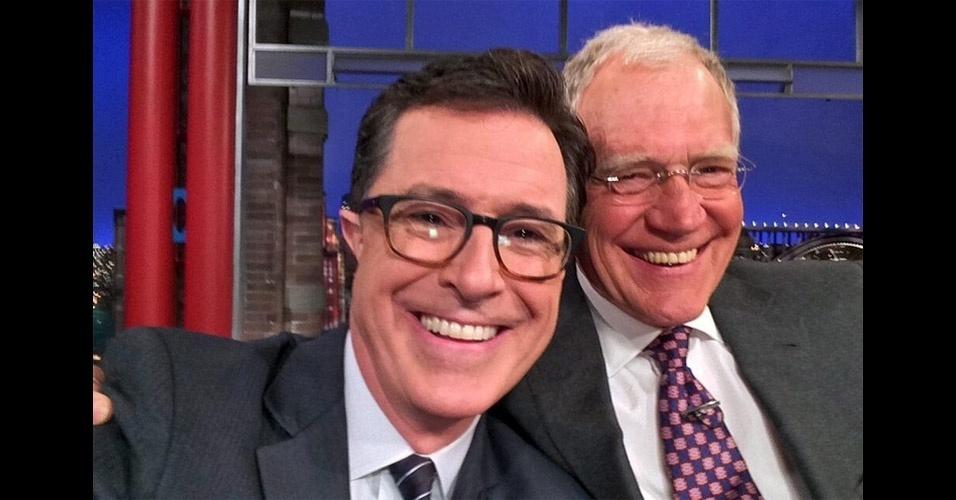 23.abr.2014 - O apresentador do ''Late Show'', David Letterman, tirou um selfie (autorretrato, em inglês) com o comediante Stephen Colbert, que vai assumir o programa de entrevistas em 2015. Letterman, que vai se aposentar no ano que vem, trocou elogios com Colbert e tirou a foto com o celular do seu substituto. A imagem original pode ser conferida no Twitter do apresentador veterano (@Letterman)