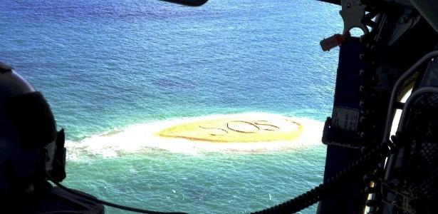 Grupo foi resgatado após conseguir escrever uma mensagem de socorro em um banco de areia - Racq/EFE