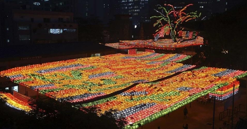 23.abr.2014 - Uma visão geral mostra lanternas que homenageiam as vítimas da balsa naufragada na Coréia do Sul, em um templo budista em Seul Chogye, nesta quarta-feira (23)Mergulhadores sul-coreanos nadaram mesmo com água fria e escura para achar os corpos dos desaparecidos