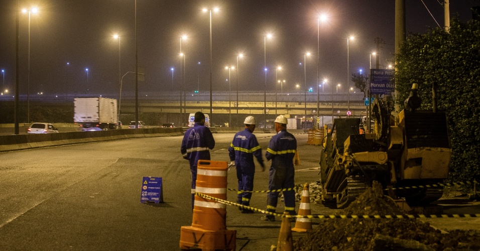 23.abr.2014 - Vazamento de gás interdita a pista local da marginal Tietê, no sentido rodovia Presidente Castello Branco, próximo da ponte Cruzeiro do Sul, na capital paulista