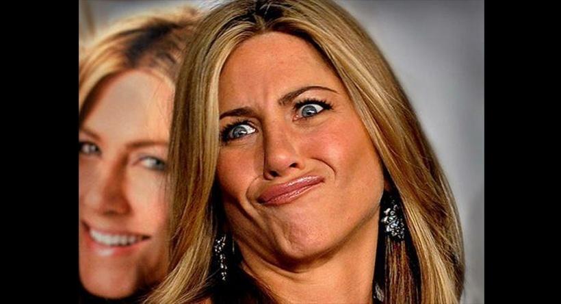 A atriz americana Jennifer Aniston faz careta durante divulgação de seu filme