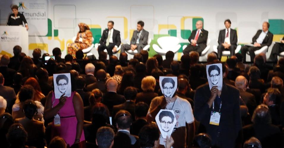 Durante discurso da presidente Dilma Rousseff no Netmundial, evento sobre governança na internet em São Paulo (SP), manifestantes seguram máscaras com o rosto de Edward Snowden, ex-analista da CIA que expôs ações de espionagem do governo nos Estados Unidos