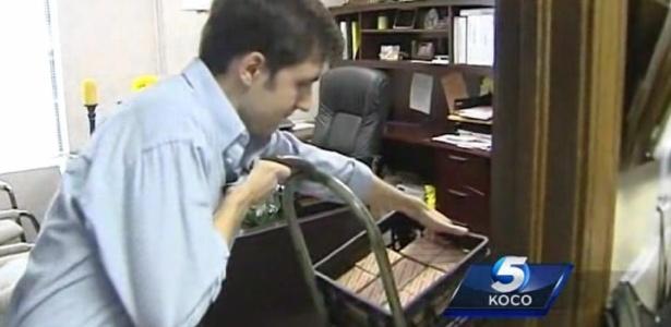 Imagem tirada de vídeo mostra Andrew Magbee, 24, com cerca de 100 mil moedas de 1 centavo