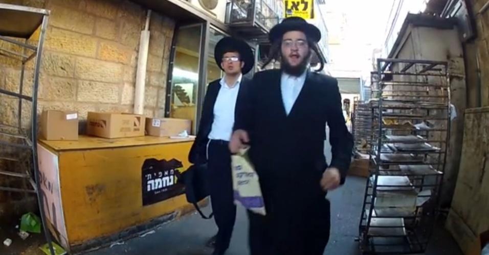 O bairro Mea Shearim reúne a maioria dos judeus ortodoxos de Jerusalém (Israel), e por lá não é bem visto ver televisão ou usar internet