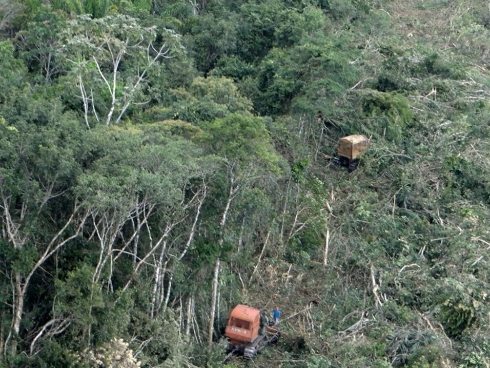 1.abr.2014 - abr.2014 - Após analisar imagens de satélite, o Ibama constatou desmatamento em áreas no norte do Mato Grosso. Os agentes identificaram desmate em áreas de florestas nativas nos municípios de Gaúcha do Norte (183 hectares) e os proprietários, que tiveram os tratores apreendidos, foram autuados pelos dematamentos em R$ 5 mil por hectare. Foi identificado também que as informações existentes no Cadastro Ambiental Rural (CAR) não correspondiam à realidade dos imóveis, indicando que já havia a intenção de desmatar as áreas. Os engenheiros responsáveis receberam multa de R$ 60 mil por prestar informação enganosa
