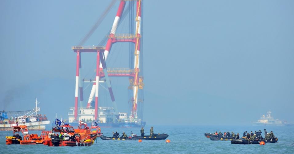 24.abr.2014 - Equipe de resgate faz buscas no local em que a balsa sul-coreana Sewol afundou, no litoral do país. O número de mortos confirmados chegou a 150, mas ainda há pessoas desaparecidas. Das 476 pessoas a bordo, 339 eram estudantes e professores em viagem escolar