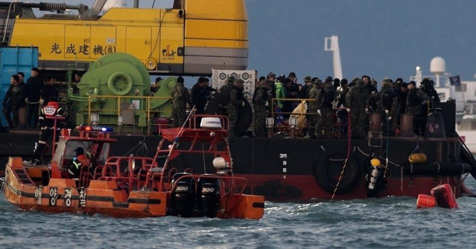 24.abr.2014 - Equipes de resgate procuram vítimas do naufrágio da balsa Sewol, que deixou mais de 300 mortos e desaparecidos na Coreia do Sul. Nesta quinta-feira (24), 11 dos 15 membros resgatados da tripulação foram acusados de homicídio por negligência e violação das leis marítimas