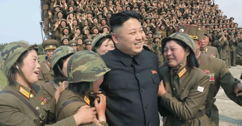 24.abr.2014 - Kim Jong-un, líder da Coreia do Norte, participa da simulação do lançamento múltiplo de foguetes em uma unidade feminina do Exército do país. A foto foi divulgada nesta quinta-feira (24) pela agência de notícias oficial da Coreia do Norte, sem informações sobre local e data
